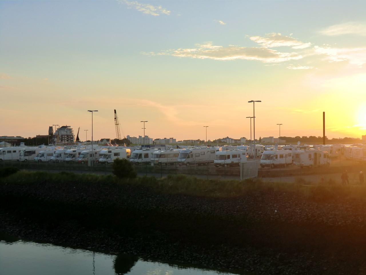 Blick vom Hafen auf den Womo-Stellplatz am Fährhafen