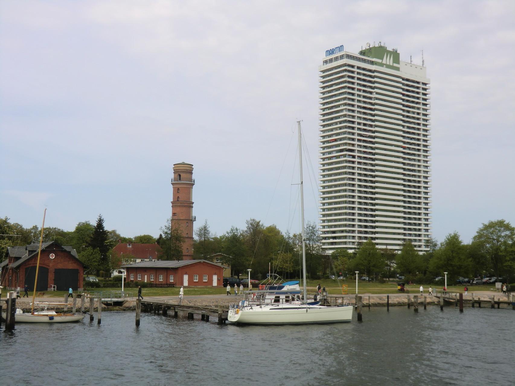 Der Leuchtturm und das Maritim Hochhaus