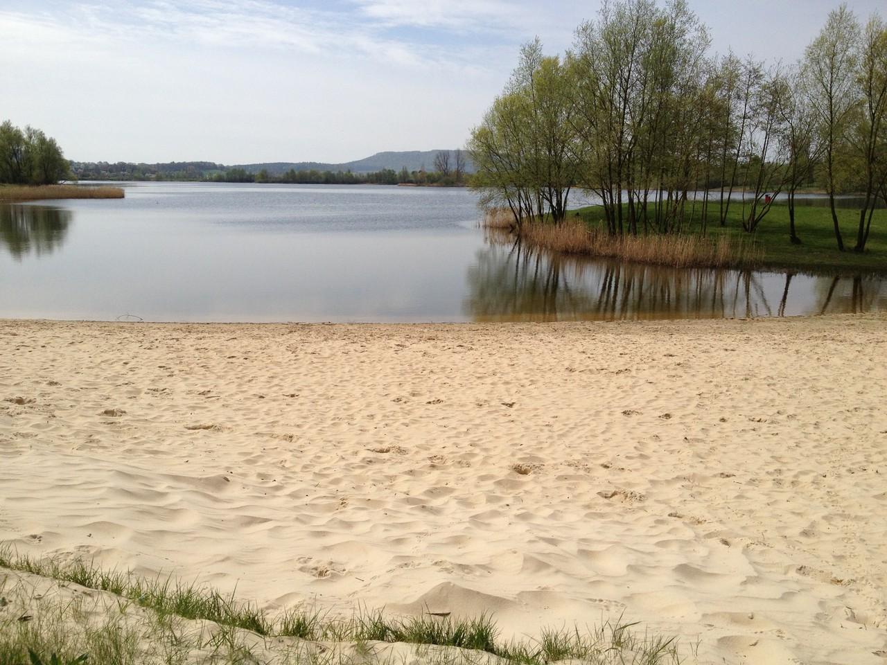 mit schönem Badesee und Sandstrand