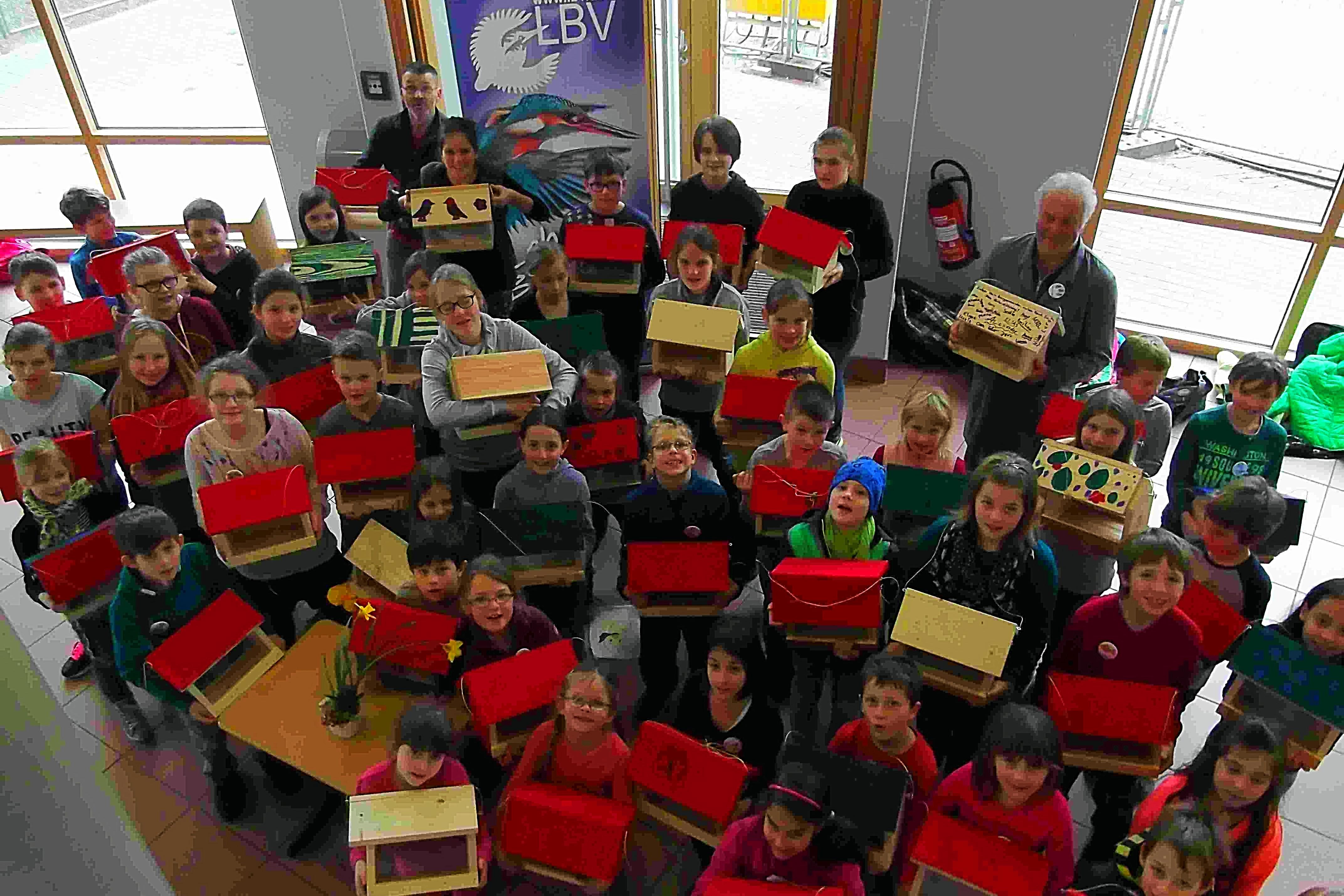 Kinder Vogelhäuschen Futterhaus Ferienbetreuung Gymnasium Vöhringen LBV Neu-Ulm