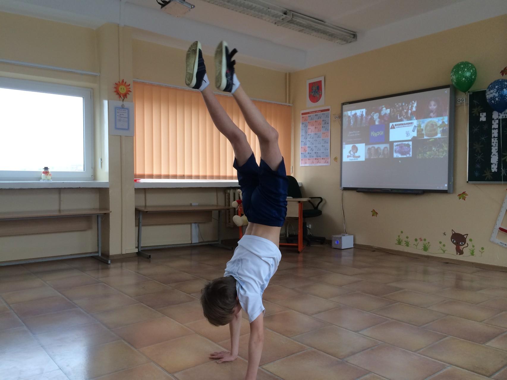 Стойка на руках! Кирилл занимается спортивной гимнастикой