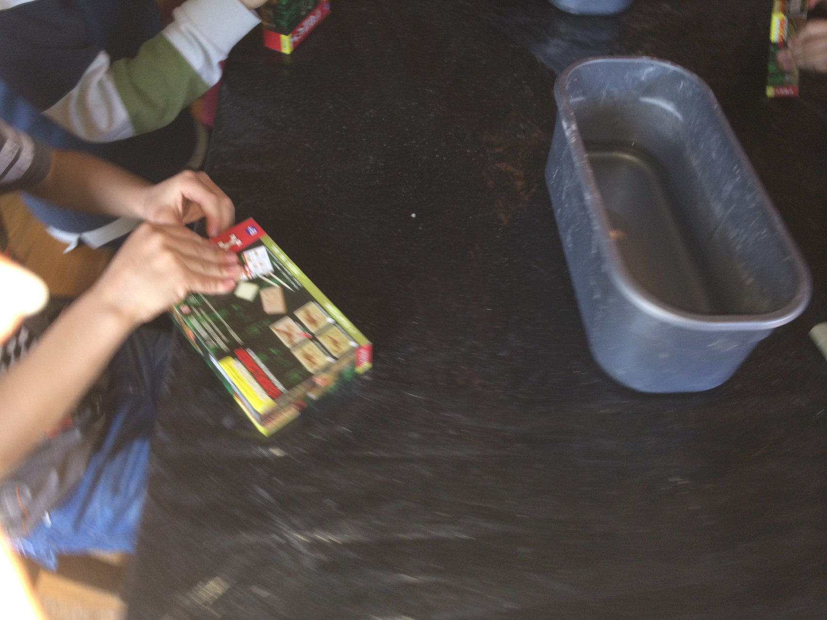 Каждый получил глиняную пластину и инструменты