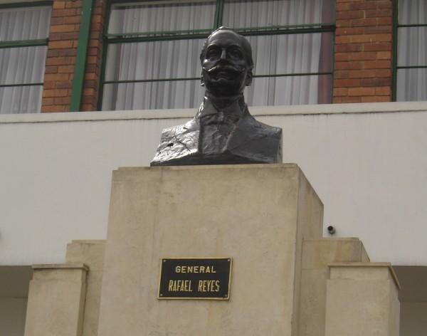 Busto del General Reyes Escuela Militar