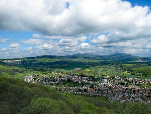 Magnifique vue de la plaque commémorative Staufenschwur vers le Feldberg