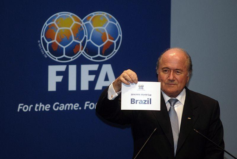 Joseph S. Blatter, Präsident des Weltfussballverbandes, zeigt den Gewinner