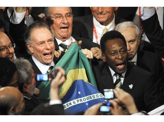 Pelé freut sich bei der Bekanntgabe des Austragungsortes