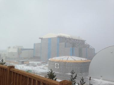 写真4 原子炉建屋と大型モジュール保管用ドーム