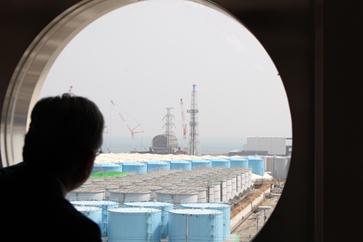 (写真3)管理棟から見る汚染水タンク