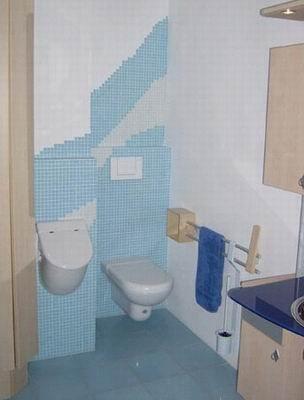 WC und Urinal individuell gestaltet mit Kleinmosaik.
