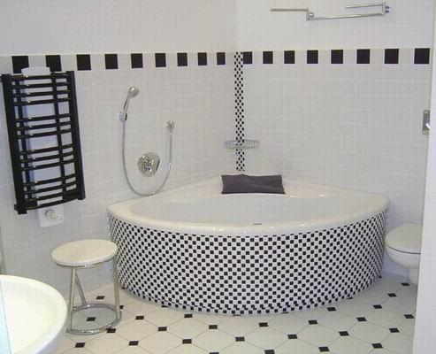 Eckbadewanne, Schürze ausgeführt mit Kleinmosaik.