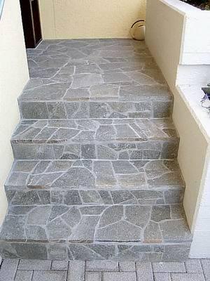 Treppe mit Naturstein