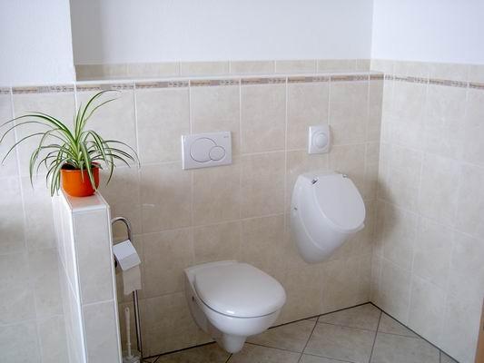 WC und Urinalwand