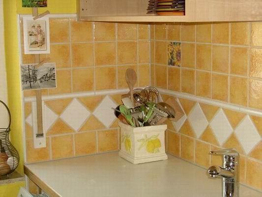 Wandplattierung einer Küche mit der Serie Provence von Jasba. Südländisches Flair lässt einem Wohlbehagen und Urlaubsstimmung in die eigenen 4 Wände zaubern.