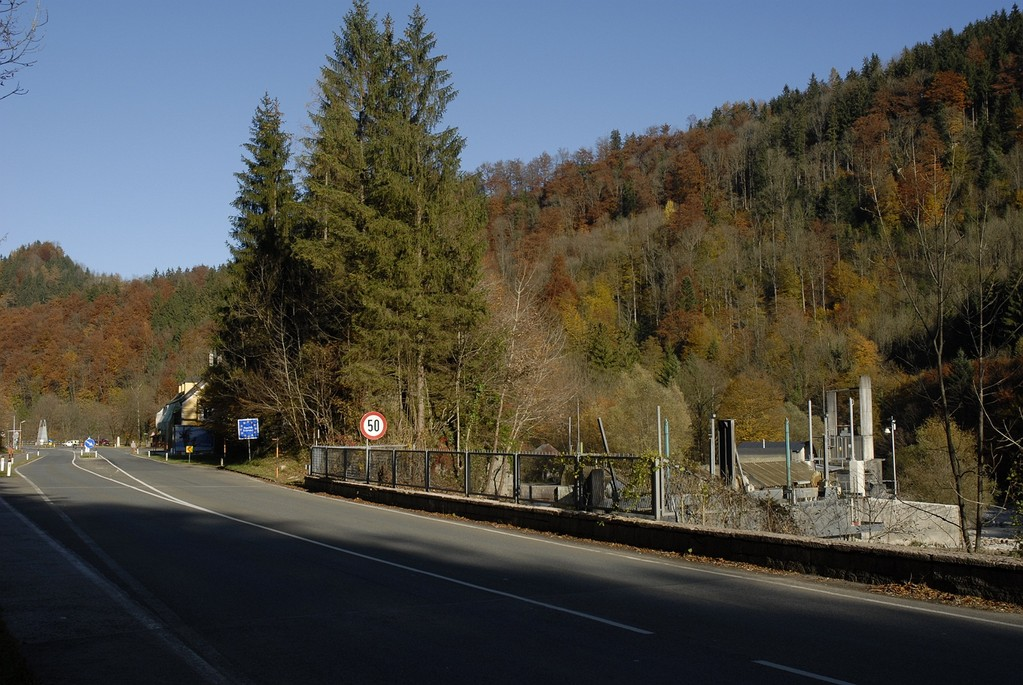 Grenzübergang Deutschland - Österreich. Von hier führt der Almkanal 12 km bis in die Stadt Salzburg.