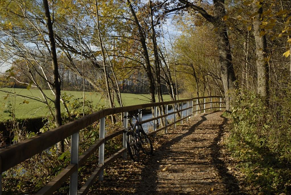 Beliebte Rad- und Spazierwege begleiten den Almkanal.