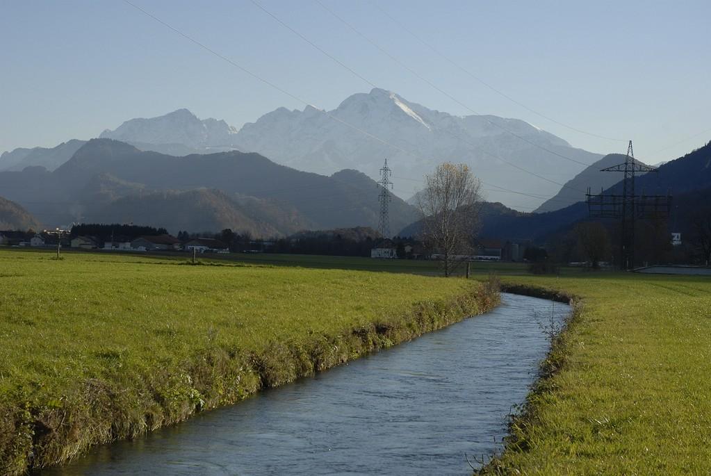 Der Almkanal führt durch Wiesen, durch Orte wie Grödig und die Vorstadt Salzburg.
