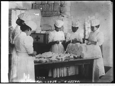 Confection de bandages (bnf Gallica)