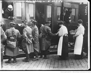 Distribution de café à un train de blessés (bnf Gallica)