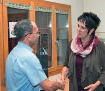 Die Präsidentin Silvia Berger bedankt sich bei Bruno Fierz
