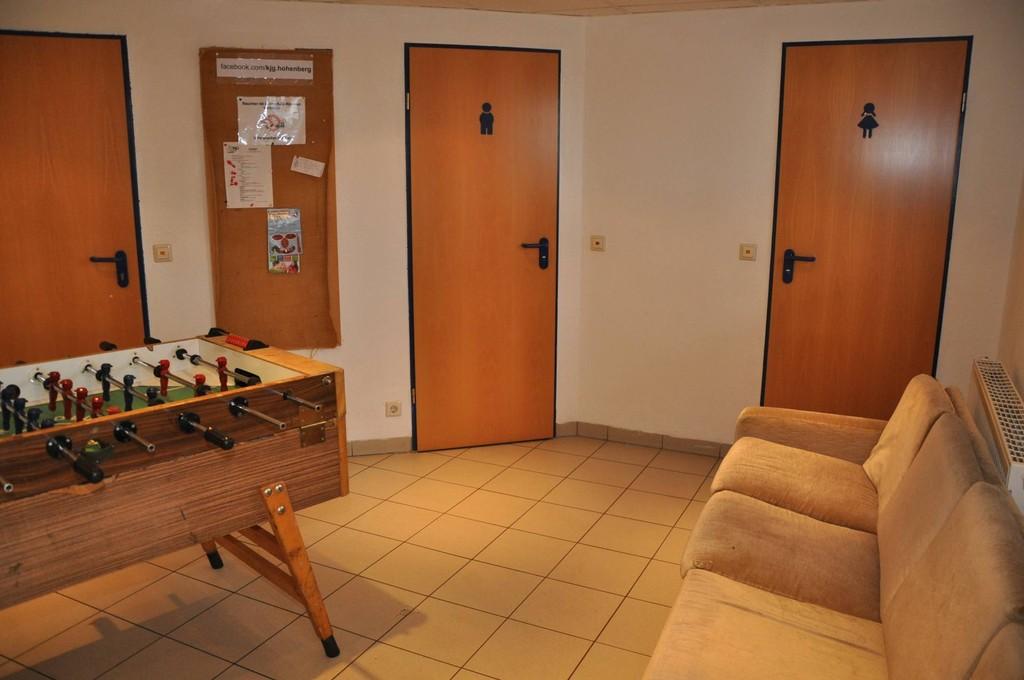 Eingangsbereich mit Kicker und Zugang zu den Toiletten