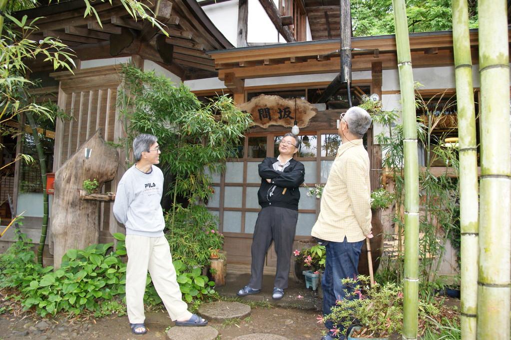民宿「浅間坂」の玄関前で