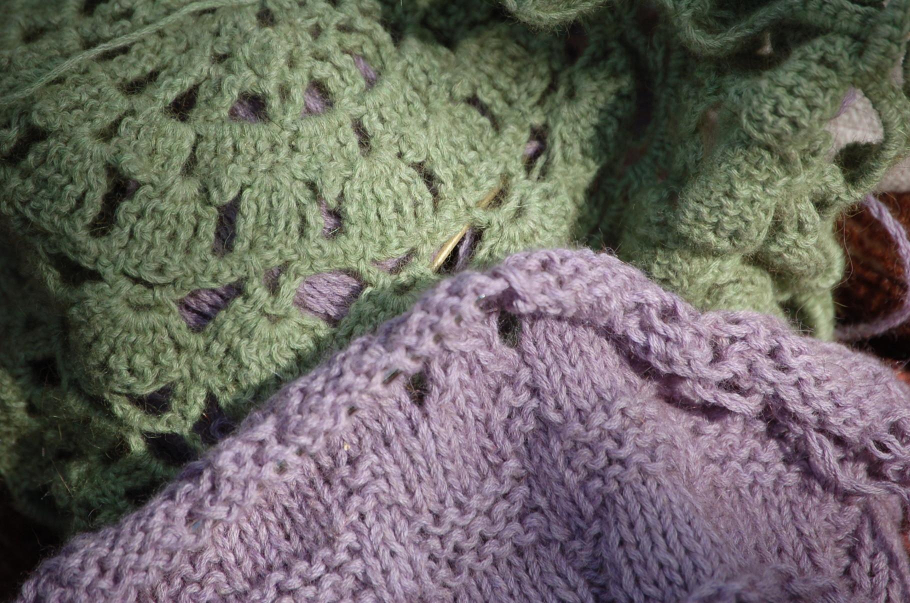 Oben: Häkelmütze  aus KIWI lace weight in der Farbe Fern 07, Unten: Strickprobe mit KIWI fingering weight, Farbe Papura 06