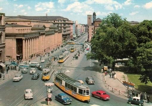 Ещё одна интересная особенность: до 1977 года по улице ездили трамваи. Сегодня Кёнигштрассе пешеходная, а под ней бегает метро.