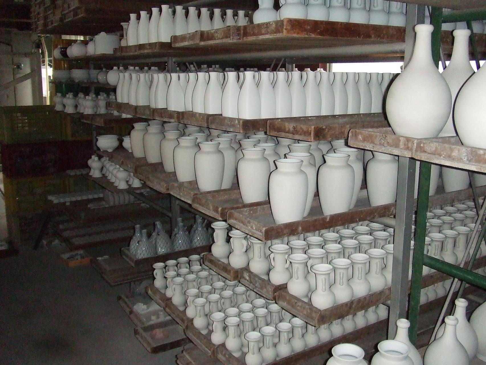 窯入れを待つ生地達 画をつけたり、印刷したりして釉薬をかけます