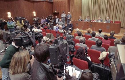 Günter Schabowski, Mitglied des Politbüros und Sekretär des ZK der SED, informierte im Internationalen Pressezentrum über die Öffnung der innerdeutschen Grenze am 9. November 1989. (Quelle: Bundesarchiv)