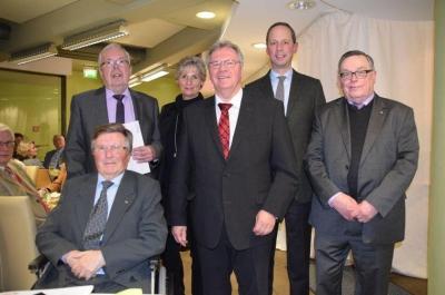 Dietmar Kansy (von links) und Dieter Haaßengier nehmen die Glückwünsche von Editha Lorberg, Hartmut Büttner, Hendrik Hoppenstedt und Klaus Peter entgegen. Quelle: Gerko Naumann (www.haz.de)