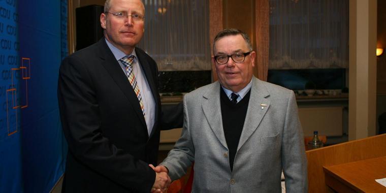 Frank Martin (links) gibt den Stab im CDU-Stadtverband weiter an den neuen Vorsitzenden Klaus Peter. Quelle: Sven Sokoll (www.haz.de)