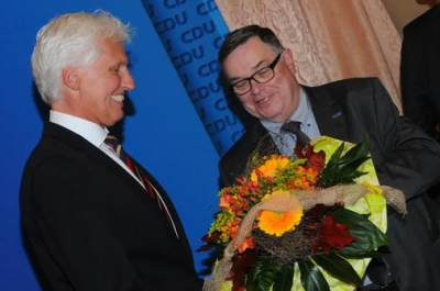 Christian Grahl nimmt den Glückwunsch von CDU-Chef Klaus Peter entgegen (Quelle: Markus Holz)