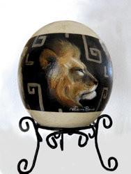 """""""Leones, 2006"""" (óleo sobre huevo de avestruz)"""