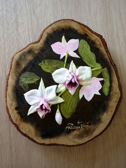 """Orquideas2, 2005"" modeladas y pintadas al óleo sobre tronco."