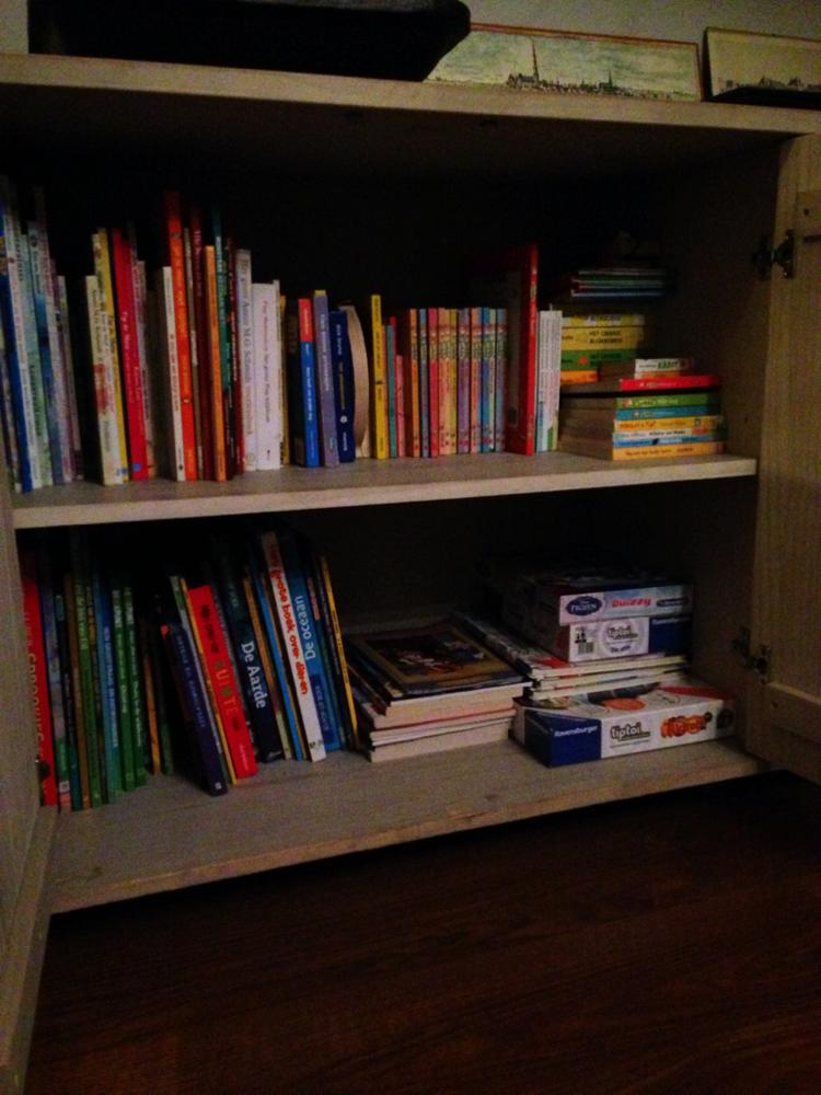 De boeken blijven toch mooier in onze nieuwe boekenkast.