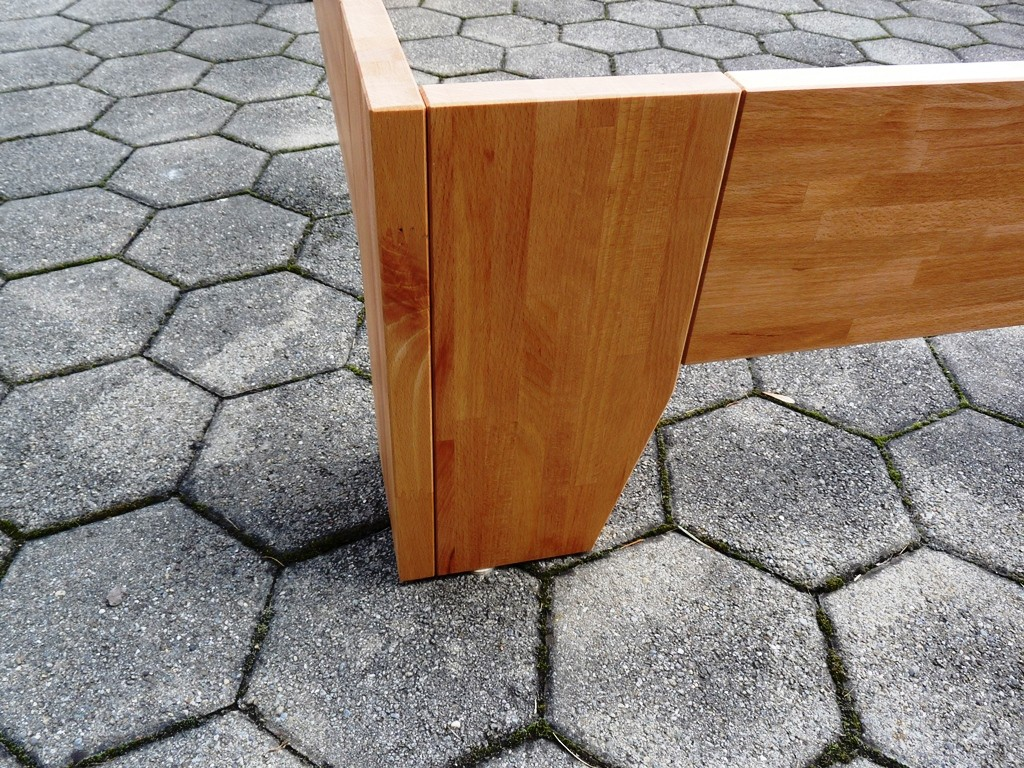 Buchenholz - Massivholzbett: - Grösse: 160 x 200 cm mit Kopfteil, bezogen mit Alcantara Bezug