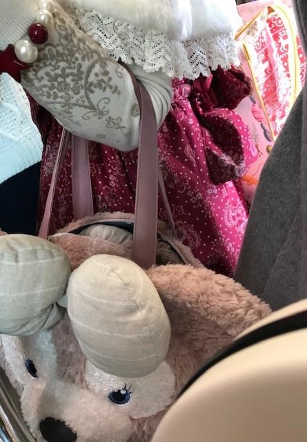 ☆どう見ても30代の女性。左手にうさぎ?のぬいぐるみのバック。スカートには白い文字で「BABY(赤ちゃん)」とプリントしてありました。首飾りと腕輪はかなり大きめ。