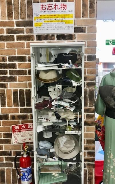 ☆エレベーター横にこんな立派な忘れ物収用棚。曜日ごとに棚が別。鍵がかかっています。以前はテーブルの並べているだけでしたが・・・。