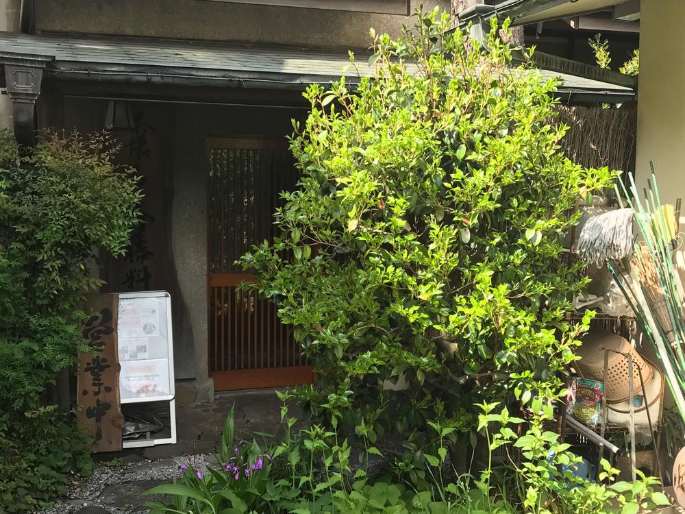☆成城学園前駅北口から直進交差点を三つ通り越し3分。右側路地を入った左側の民家が「一宮庵」。
