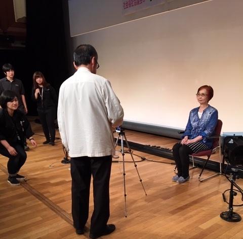 ☆遺影撮影会前のリハーサル。モデルは高村由美子さん。カメラマンは国重誠之さん。左の3人は成城ホールのスタッフさん 全面協力。有難うございました。