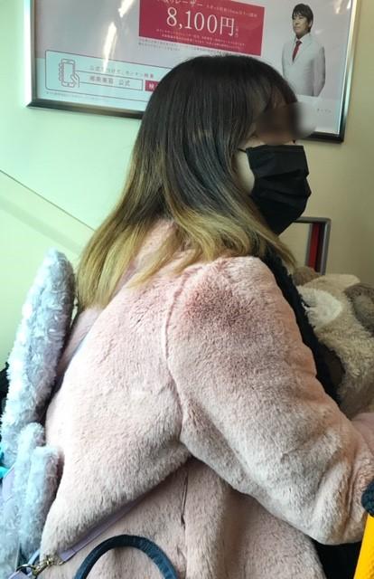 ☆優先席にお座りのこの女性背中にぬいぐるみのリュック、前にはウサギのぬいぐるみ。