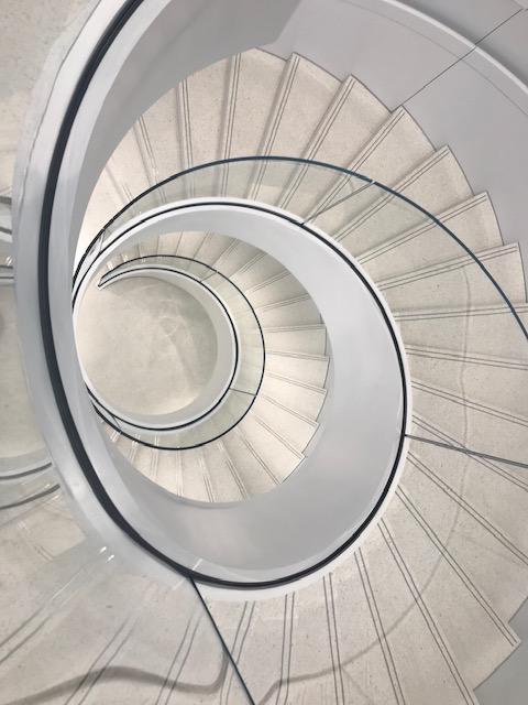☆エレベーター横の階段がお洒落です。