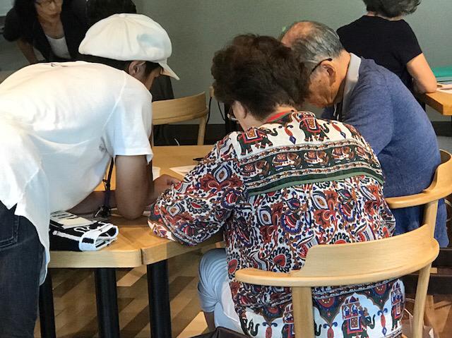 ☆東京都市大学の学生K.Sさん(左側白い帽子)に「見学」ではなく、はじめてお越しのご夫婦のフルアテンドをお願いしました。「生れてはじめてシニアにスマホを教えて驚くこたばかりでした。」とのご感想。