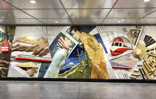 ☆また小田急線 下北沢駅 のコンコースが変わりました。各駅停車・準急のホームからエスカレーターを上った通路に。壁面にのモニュメント。お洒落です。