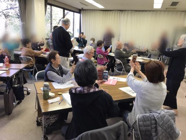 ☆講師は案内役の佐藤弥子さん(右側)、左側の立っている男性は来年3月からのパソコン講座の講師団「パソコン勉強会」の代表Sさん。後ろに立っている方お二人(男女)も勉強会の講師サポートをお願いしています。「スマホ講座の見学を・・・」、というご希望でしたのでサポートをお願いしました。