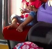 ☆某日某線の車中で見かけた光景。隣の若いお母さんのスマホがおもちゃ。