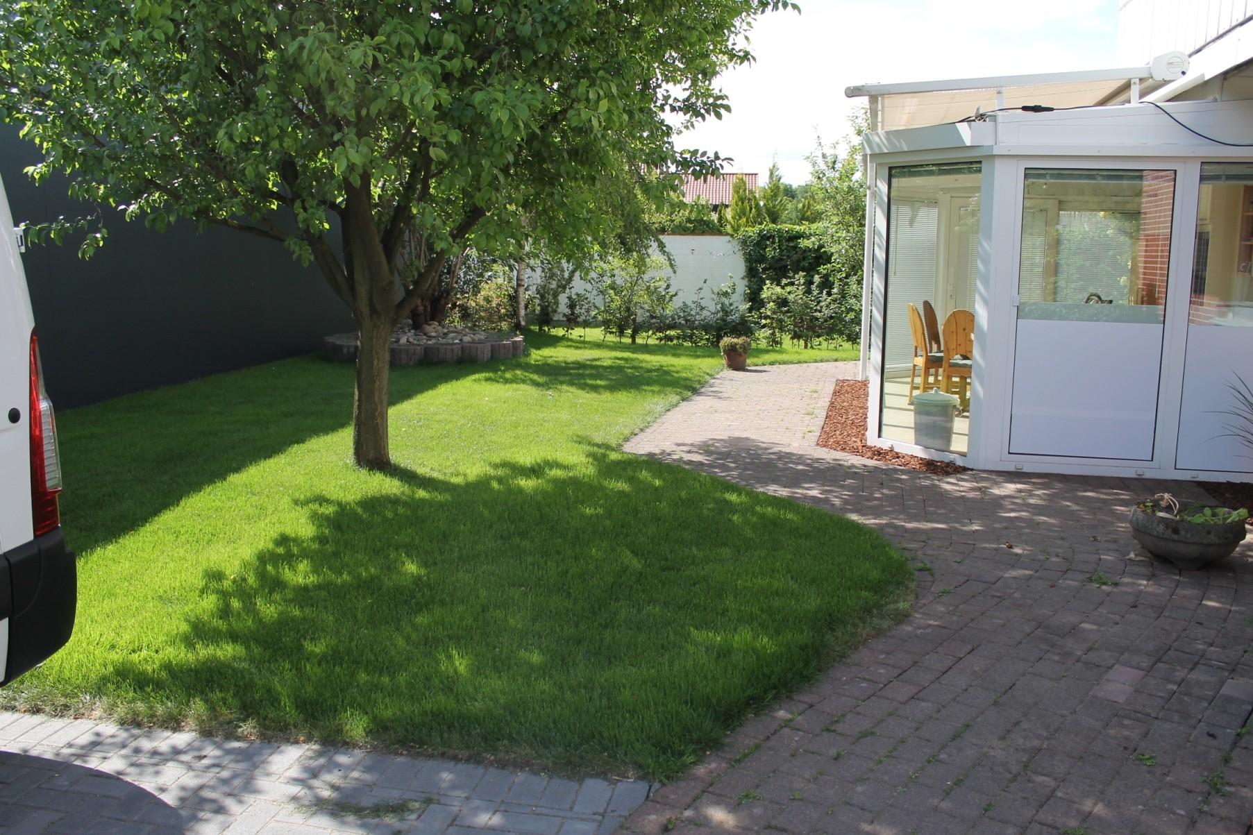 Garten mit Grill   Rauchmöglichkeit unterm Abdach