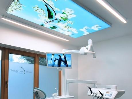 Beleuchtetes Deckenbild in der Praxis für Zahnheilkunde und Prophylaxe in 27726 Worpswede