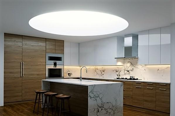 Runde weiße Deckenleuchte/Deckenbild in der Küchen Raumdecke integriert.