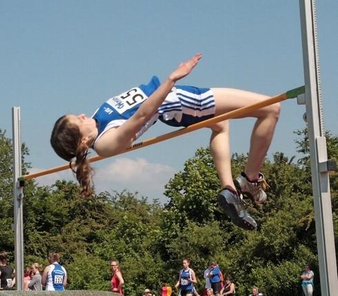Die nur 1,62 Meter große Sarah Budewig überspringt 1,60 Meter und wird Niedersachsenmeisterin.